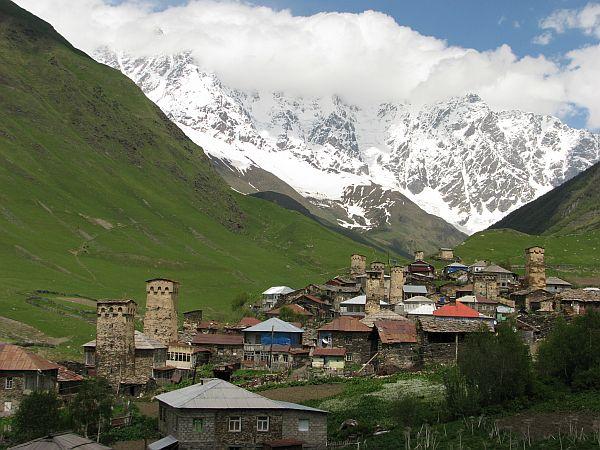 Uszguli, widok na Szharę - najwyższą górę Gruzji